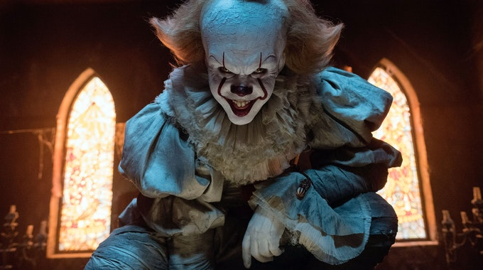 """Gute Halloween-Filme gibt es jede Menge: vom Kultfilm über haarsträubende Horrorfilme bis hin zum lustigen Monsterfilm für Kinder. Das Archivbild zeigt Bill Skarsgard als Pennywise in einer Szene des Films """"Es""""."""