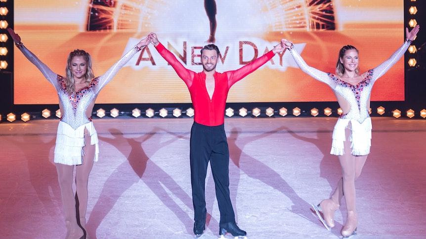 """Valentina und Cheyenne Pahde tanzen bei """"Holiday on Ice"""" an der Seite von Profi-Eiskunstläufer Joti Polizoakis."""