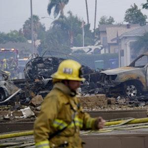 Flugzeugabsturz in den USA im Oktober 2021: Mindestens zwei Menschen sind tot, der Absturz hinterlässt ein Trümmerfeld.