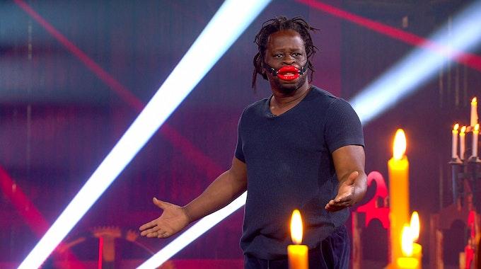 """Mola Adebisi ist in der aktuelles Staffel """"Das Sommerhaus der Stars - Kampf der Promipaare"""" als Kandidat dabei."""