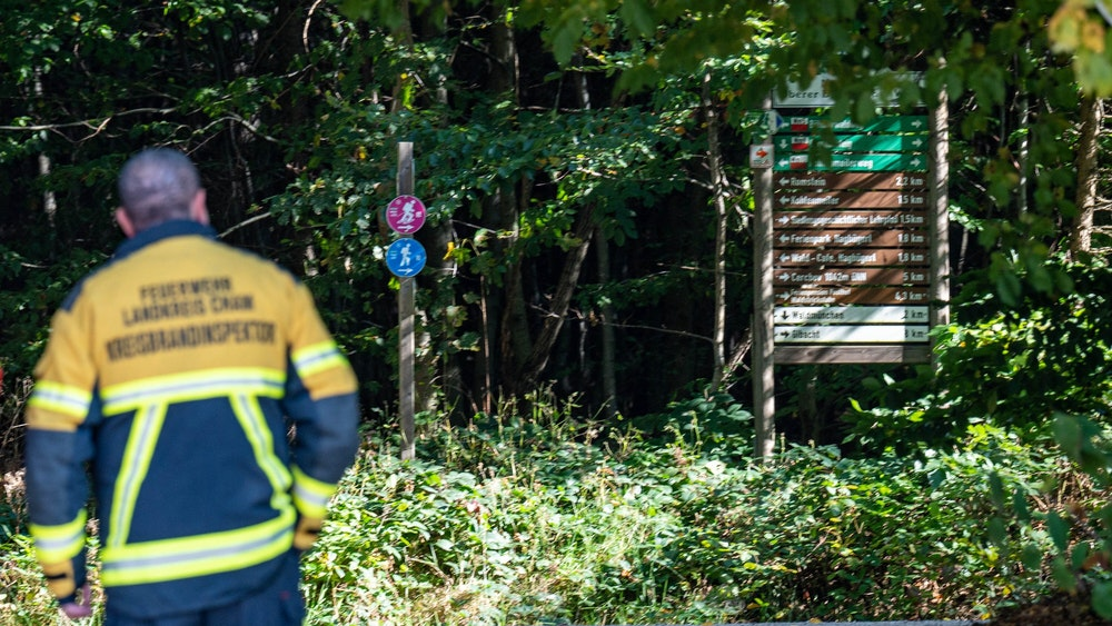 Bayern, Waldmünchen: Ein Feuerwehrmann steht an einem Wanderweg.