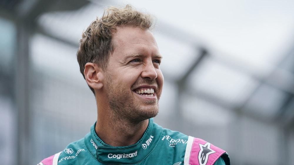 Sebastian Vettel aus Deutschland vom Team Aston Martin lacht während der Vorbereitungen der Formel 1 in Silverstone.
