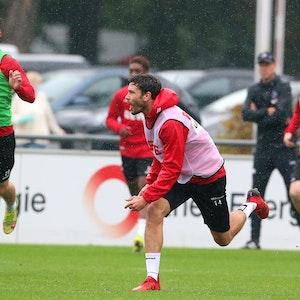 Jonas Hector im Regen im Training, neben ihm läuft Jan Thielmann