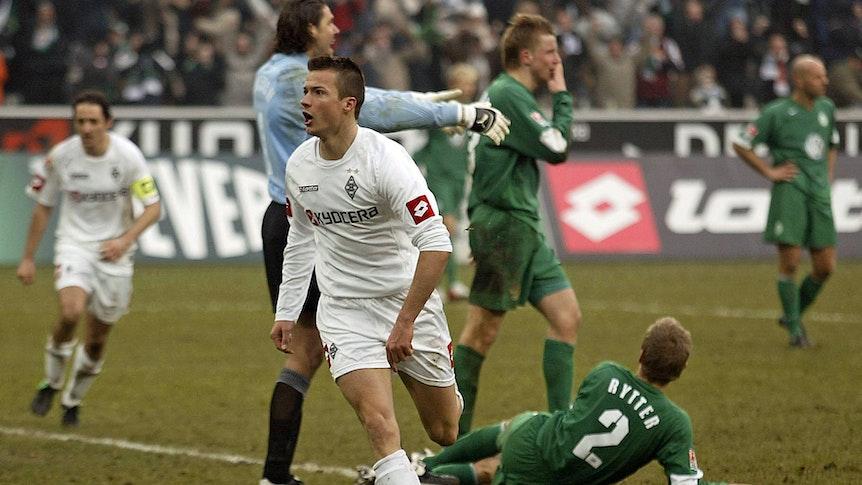 Stürmer Vaclav Sverkos (Mitte) bejubelt am 5. März 2005 seinen Fallrückzieher-Treffer für Borussia Mönchengladbach im Bundesliga-Duell gegen den VfL Wolfsburg im Borussia-Park. Sverkos läuft Richtung Nordkurve.
