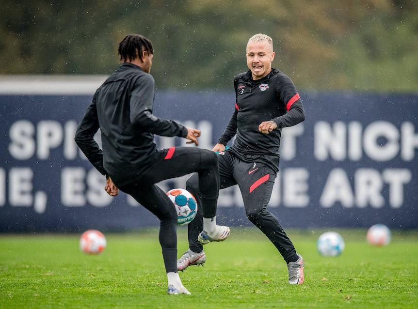 Leipzigs Christopher Nkunku und Angelino (r.) beim Training.