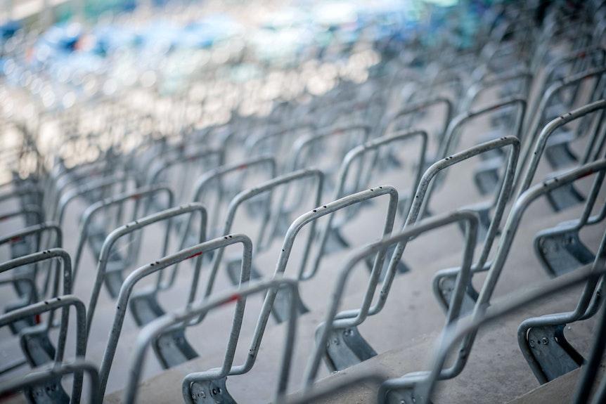 Im Stadion von RB Leipzig werden bald rote Sitzschalen montiert.