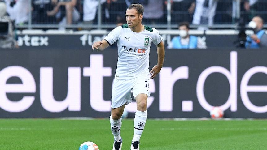Verteidiger Tony Jantschke von Fußball-Bundesligist Borussia Mönchengladbach, auf diesem Foto am 25. September 2021 im Borussia-Park zu sehen. Jantschke hat den Ball am Fuß und beobachtet das Spielgeschehen.