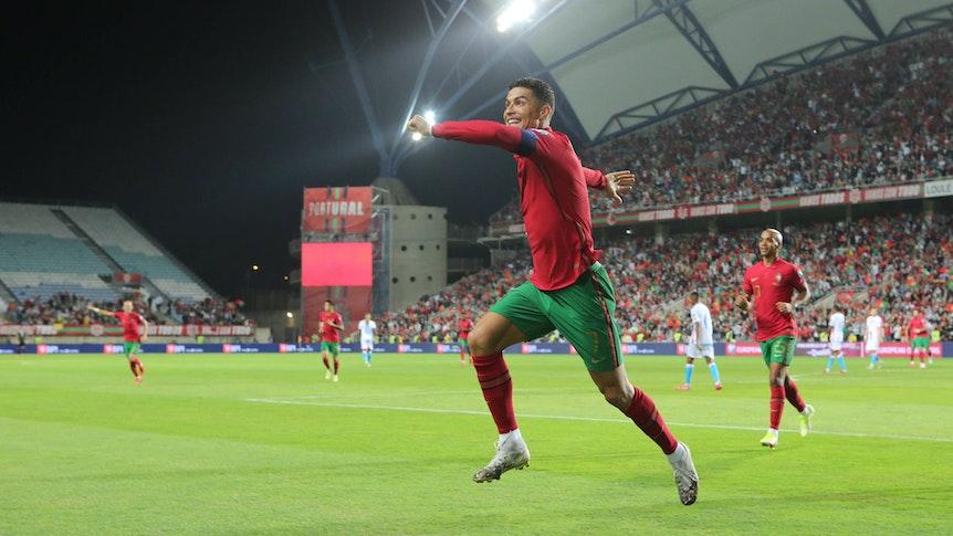 Superstar Cristiano Ronaldo feiert beim 5:0-Sieg mit Portugal gegen Luxemburg am 12. Oktober 2021 einen seiner drei Treffer. Er springt jubelnd in die Luft.