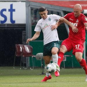 Toni Leistner für den 1. FC Köln und Milot Rashica für Werder Bremen liefern sich einen Zweikampf um den Ball.