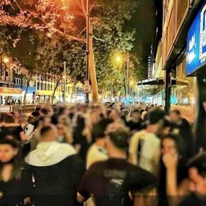 Menschen stehen vor dem Kölner Studentenclub Das Ding