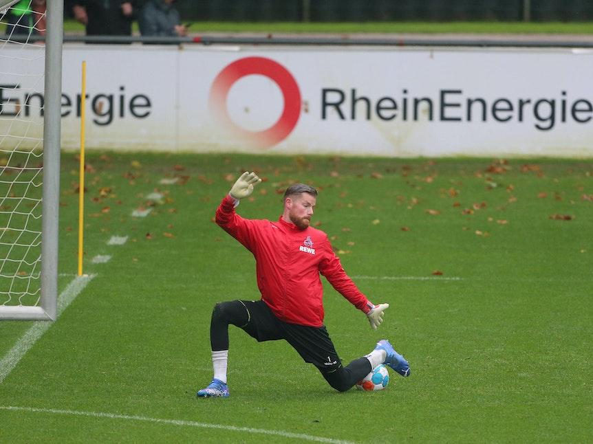 Timo Horn pariert im Training mit dem Bein den Ball Richtung Tor.
