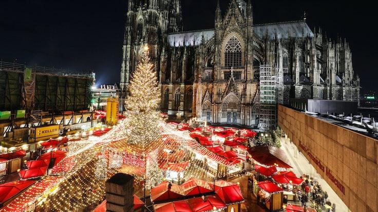 Der Kölner Weihnachtsmarkt auf dem Roncalliplatz vor dem Dom.