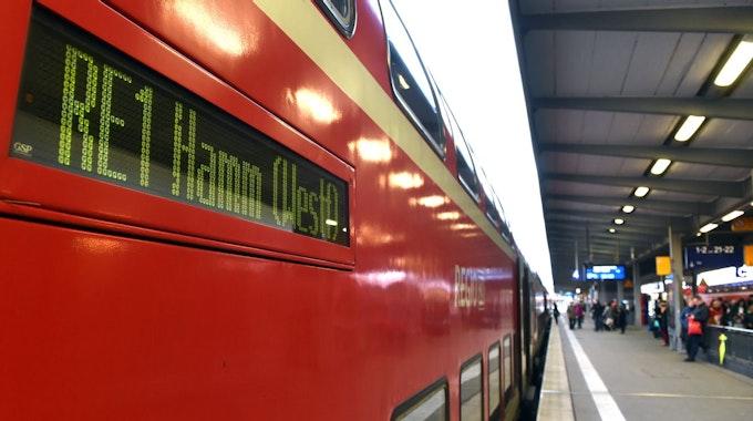 Ein Nahverkehrszug RE1 steht im Bahnhof.
