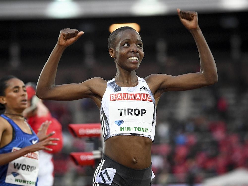 Agnes Tirop reißt nach einem Langestreckenlauf die Arme hoch.