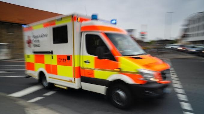 Tödlicher Unfall: Schulbus in Bayern erfasst 81-jährige Frau.