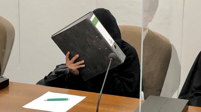 Eine 22-Jährige sitzt auf der Anklagebank im Kölner Landgericht.