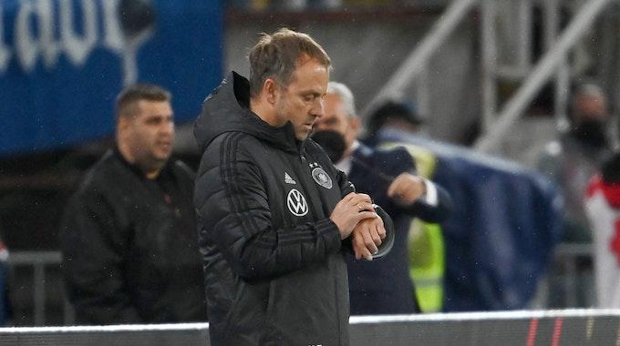 Hansi Flick guckt im Deutschland-Spiel in Nordmazedonien auf seine Uhr.