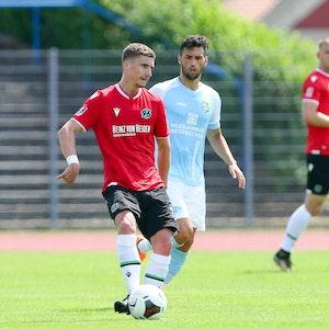 Niklas Tarnat im Trikot von Hannover 96
