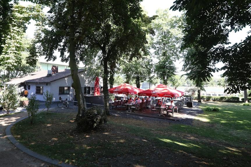Außenbereich des Richters Restaurant in Köln unterhalb der Zoobrücke.