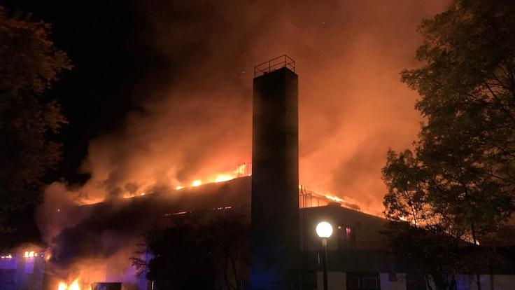 Gladbeck: Eine Sporthalle steht in Flammen. Die Feuerwehr ist seit den frühen Morgenstunden im Dauereinsatz.