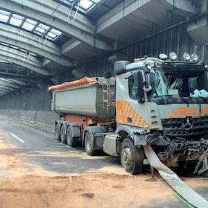 Ein beschädigter Lastwagen im Autobahntunnel in Köln.