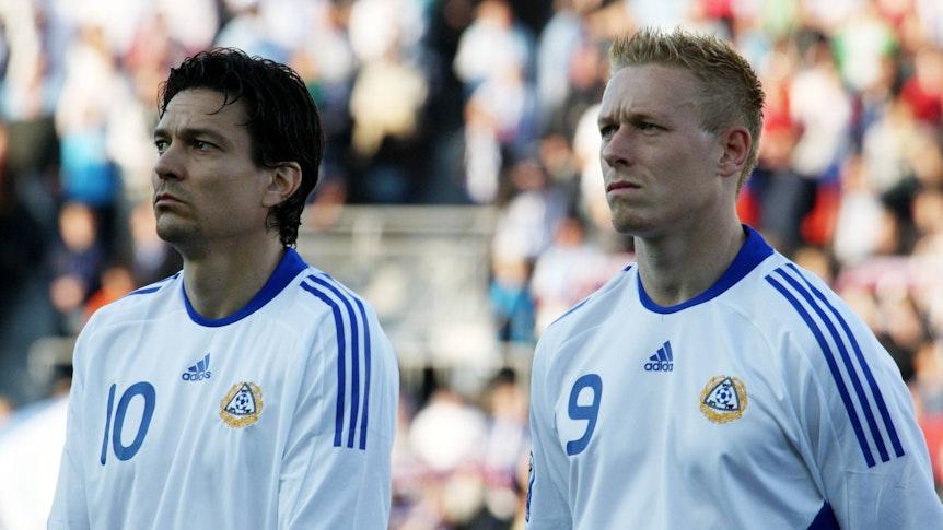 Jari Litmanen und Mikael Forssell im Trikot der finnischen Nationalmannschaft stehen nebeneinander.