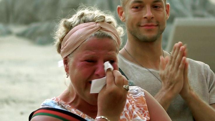 """Silvia Wollny weint auf einem Foto vom 12. Oktober 2021 in der RTLZWEI-Show """"Kampf der Realitystars""""."""