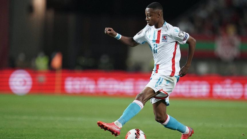 Gladbach-Talent Yvandro Borges Sanches ist für Luxemburg im WM-Qualifikationsspiel gegen Portugal am 12. Oktober 2021 zum Einsatz gekommen. Borges führt den Ball und setzt zum Dribbling an.