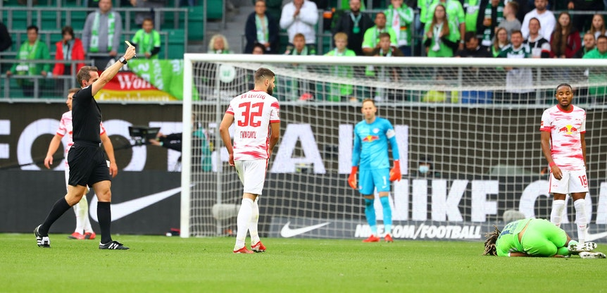 Schiedsrichter Tobias Stieler zeigt Josko Gvardiol (2.v.l.) nach Foul an Kevin Mbabu die Gelbe Karte.