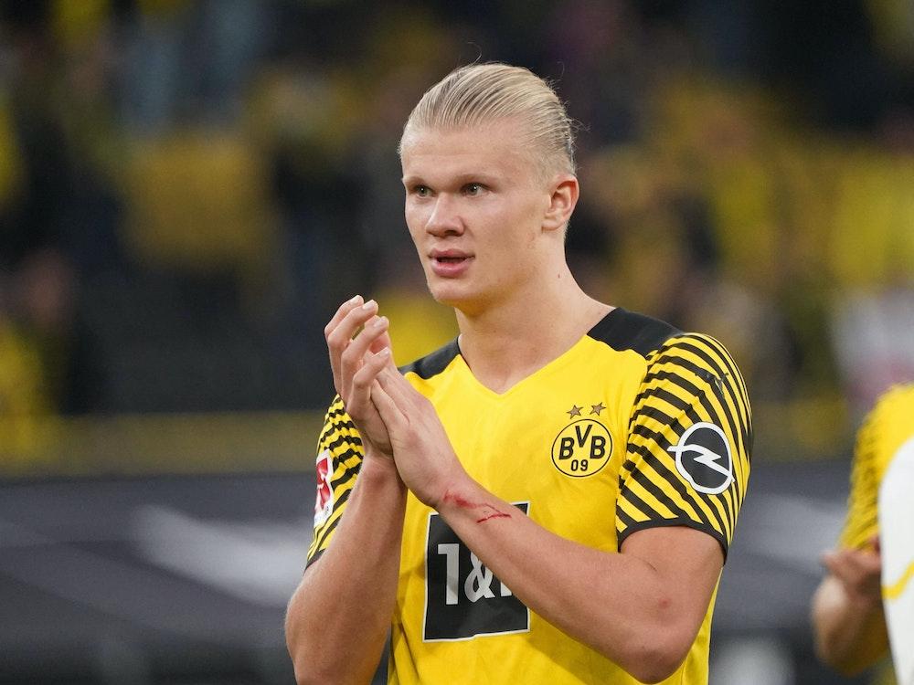 Dortmunds Erling Haaland applaudiert den Fans.