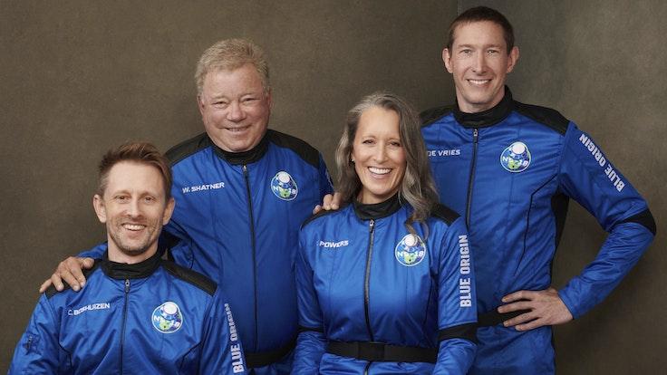 William Shatner mit den anderen drei Gästen des Weltraumfluges.