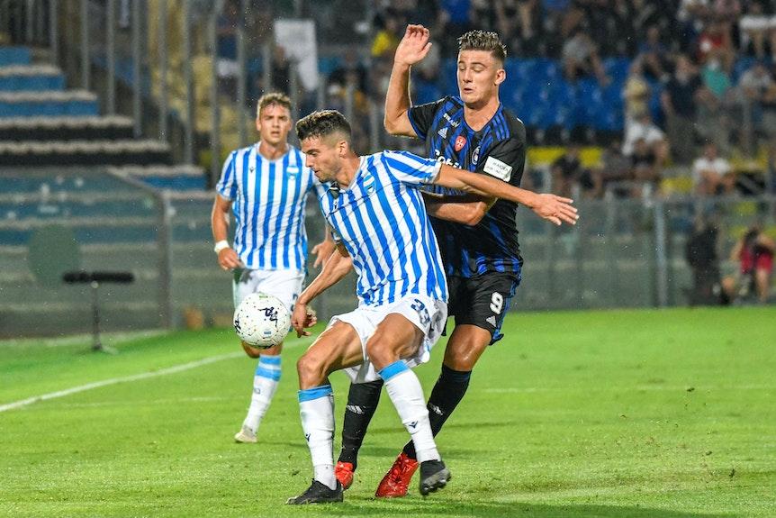 Lorenzo Lucca (r.) wird von einem Gegner abgeschirmt.