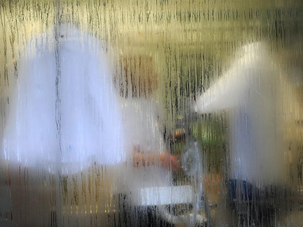 Fenster von außen beschlagen: Unser Bild zeigt Kondenswasser auf einer Fensterscheibe.