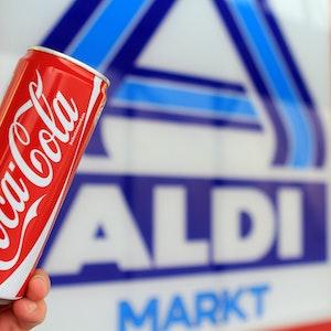 """ILLUSTRATION - Ein Mann hält am 26.10.2012 in Berlin vor einem Aldi-Markt eine Coca-Cola Dose in der Hand. Der Lebensmittel-Discounter Aldi holt mit Coca-Cola eine große Marke in seine Geschäfte. Foto: Max Nikelski/dpa (zu dpa """"Aldi nimmt Coca-Cola ins Regal"""" vom 26.10.2012) ++ +++ dpa-Bildfunk +++"""