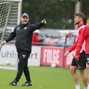 Steffen Baumgart trainiert den 1. FC Köln um Salih Özcan.