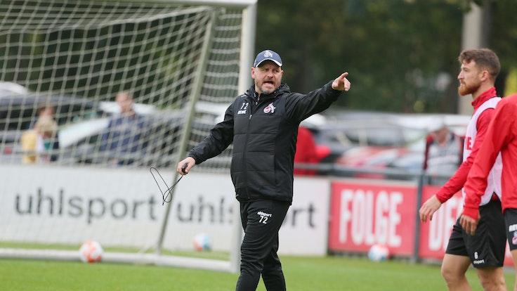 Steffen Baumgart trains 1. FC Köln around Salih Özcan.