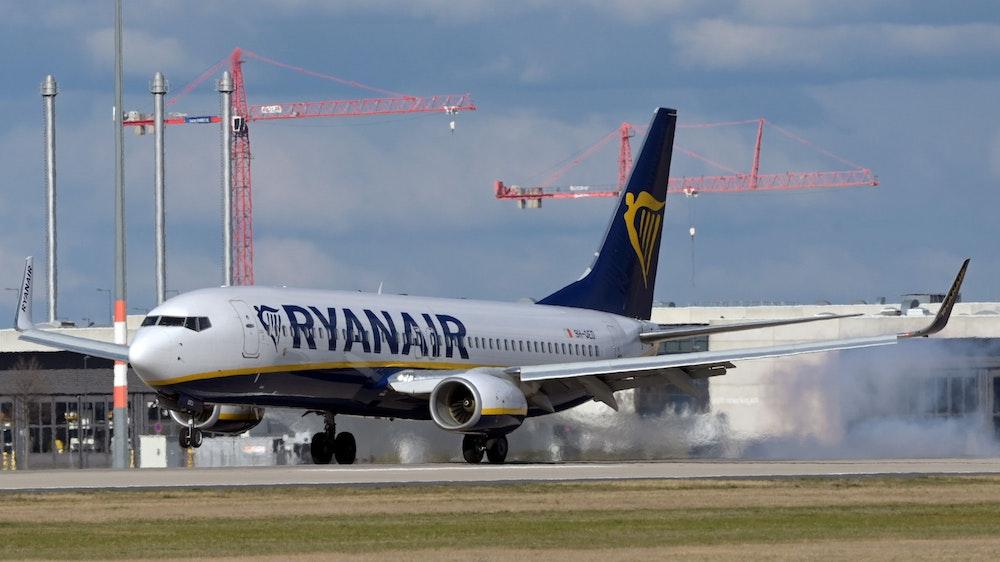 Eine Boeing 737-8AS der Fluggesellschaft Ryanair landet am 3. April 2021 auf dem Flughafen Berlin. Ticket-Rückerstattungen während der Corona-Pandemie sorgen für Zoff.