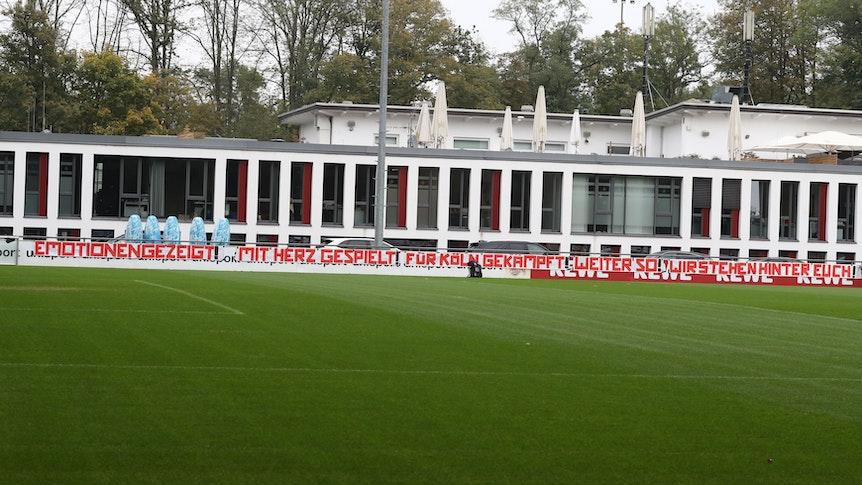 Beim 1. FC Köln hängt ein Banner.