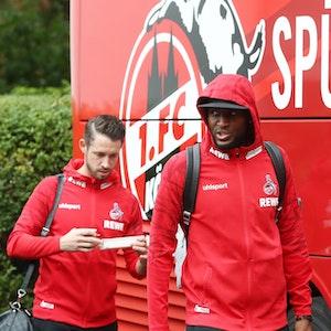 Anthony Modeste und Mark Uth steigen in den Mannschaftsbus des 1. FC Köln.