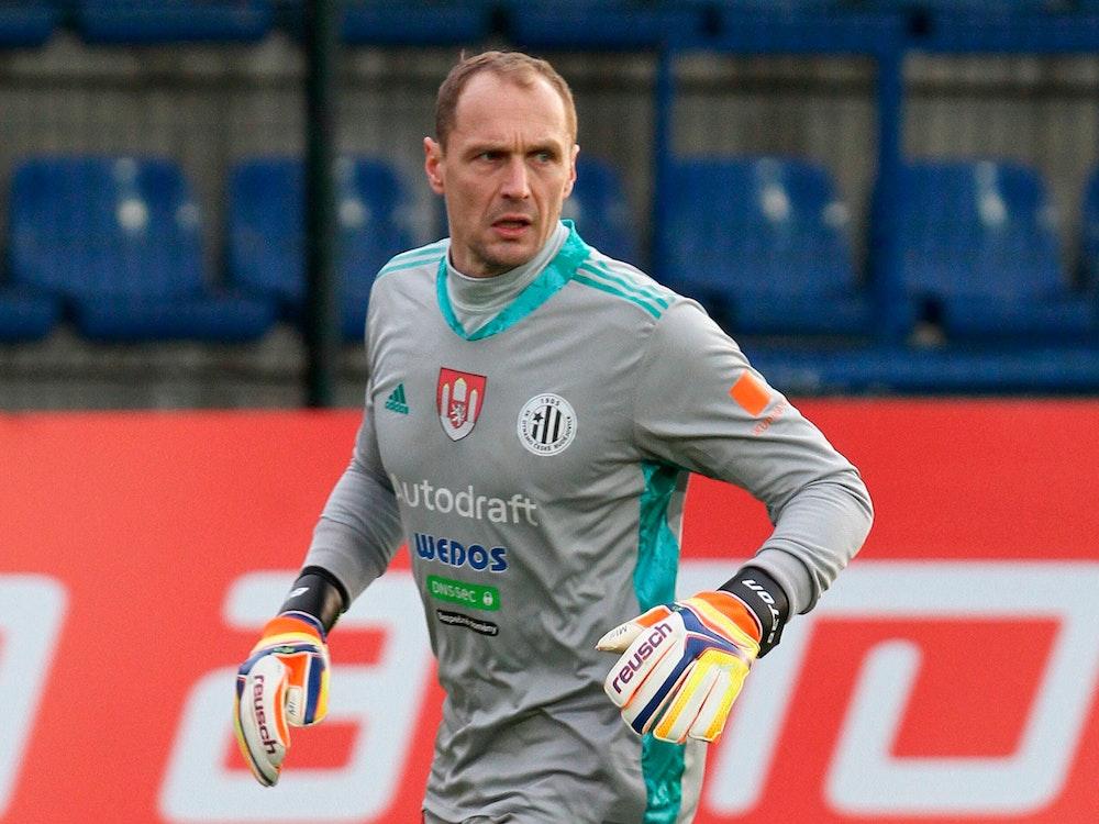 Jaroslav Drobny trägt ein Torwarttrikot samt Torwarthandschuhen.