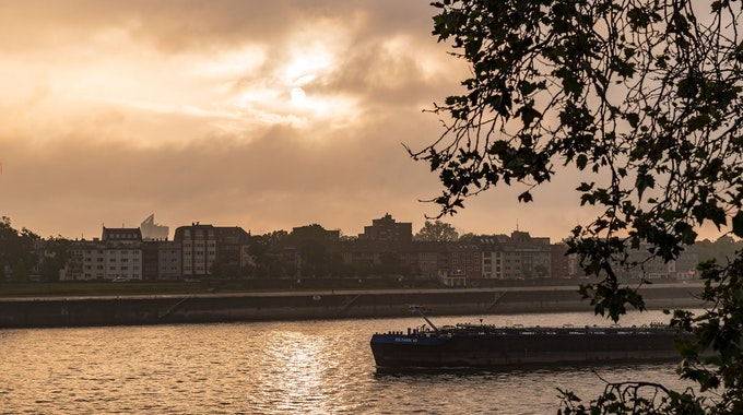 Sonnenaufgang über Köln-Deutz am Rhein