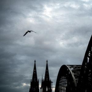 Wolken ziehen über den Kölner Dom.
