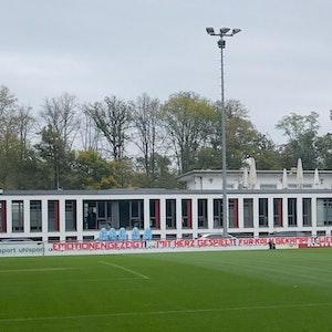 Beim Abschlusstraining des 1. FC Köln hängt ein Banner der Ultras.