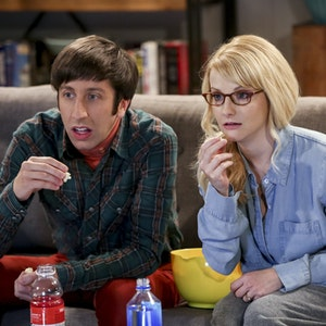 """""""The Big Bang Theory"""": Howard (Simon Helberg) und seine Frau Bernadette (Melissa Rauch) im Jahr 2019. Doch wie sieht Howards Mutter aus?"""