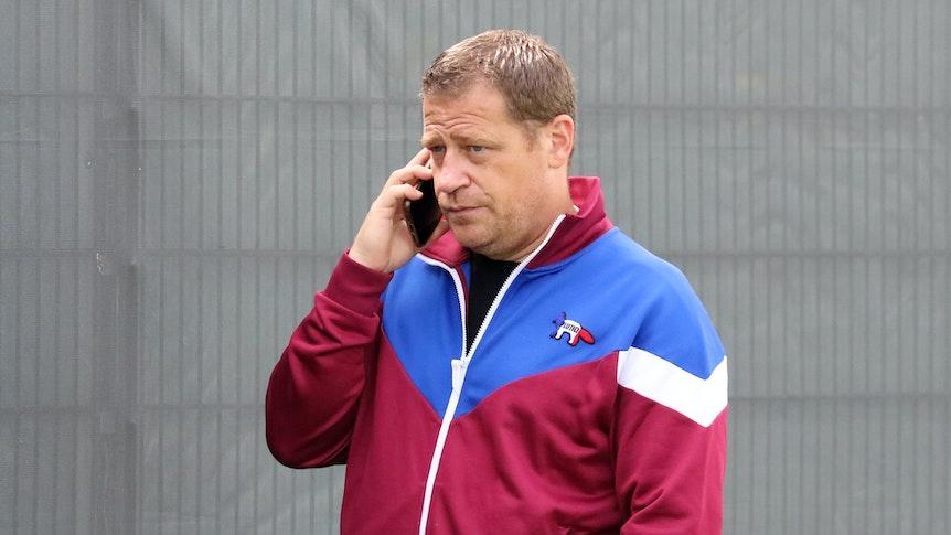 Max Eberl, Sportdirektor bei Fußball-Bundesligist Borussia Mönchengladbach. Auf diesem Foto ist der 48-Jährige am 8. Juli 2021 im Borussia-Park zu sehen. Max Eberl telefoniert mit seinem Smartphone.