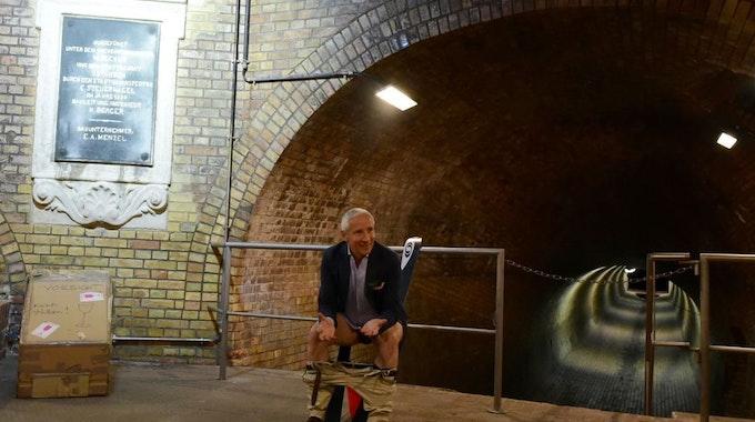 Martin Rendel demonstriert Idee zu seiner Erfindung: Die schräge Toilette