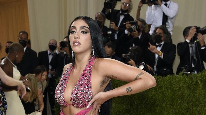 """Lourdes Leon präsentiert sich auf einem Foto bei der """"Met""""-Gala in New York am 13. September 2021 mit unrasierten Achseln."""