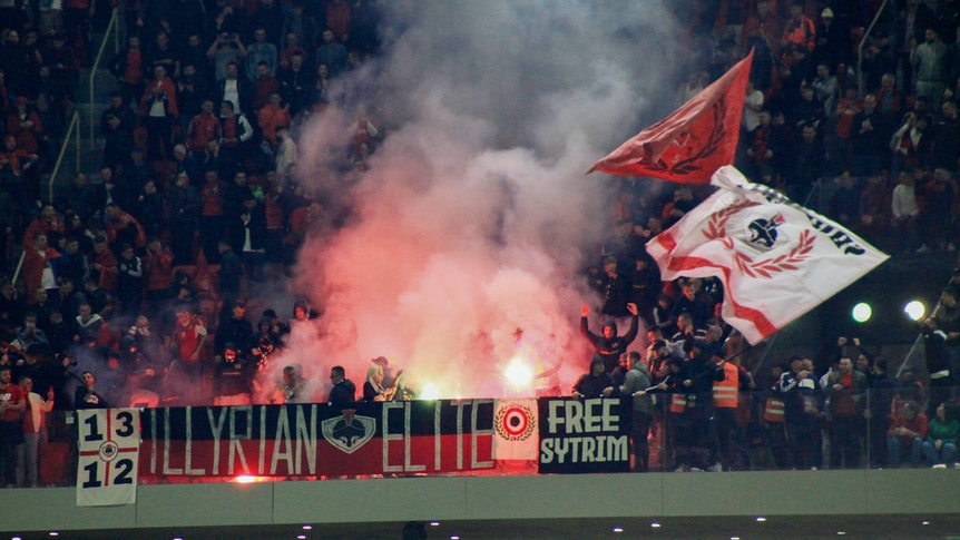 Albanische Fans entzünden Pyrotechnik und schwenken Fahnen.