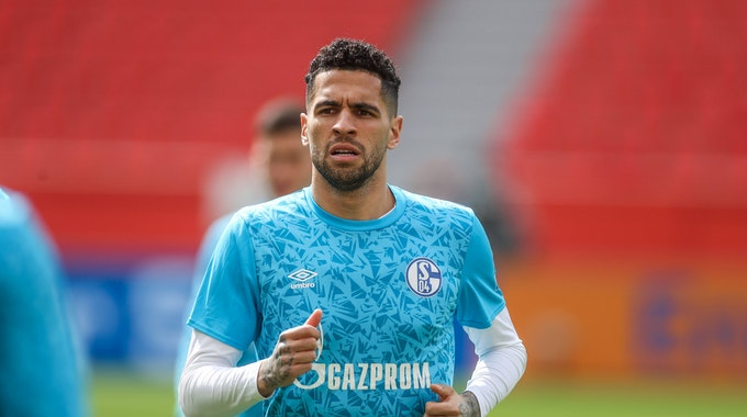 Omar Mascarell damals noch beim FC Schalke 04 gegen Bayer Leverkusen am 03. April 2021 wärmt sich auf