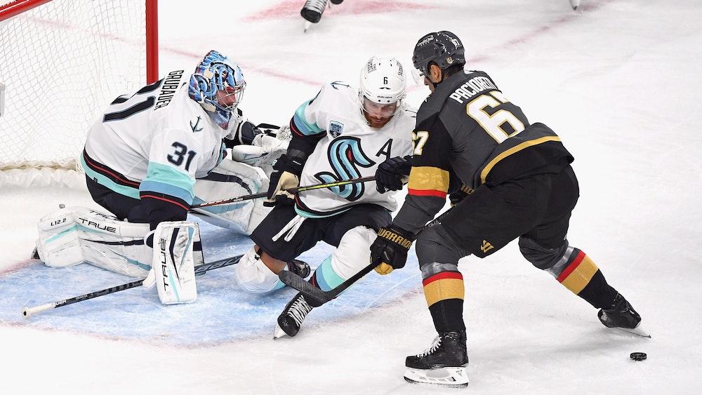 Torwart Philipp Grubauer und Adam Larsson von den Seattle Kraken verloren bei der Premiere des neuen NHL-Teams am 12. Oktober gegen Max Pacioretty und die Las Vegas Golden Knights.